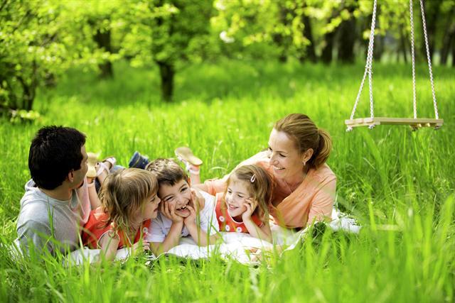 Eine Auszeit im Grünen macht der ganzen Familie Spaß. Doch im Gras können Zecken lauern und unter anderem FSME übertragen. - Foto: djd/Pfizer Deutschland/tunedin - Fotolia.com
