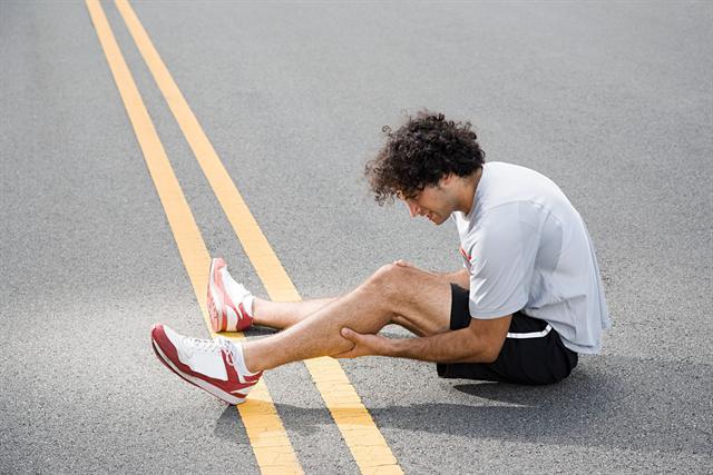 Liegt ein Magnesiummangel vor, kann es beim Sport zu Muskelkrämpfen kommen. - Foto: djd/Biolectra Magnesium/Image Source