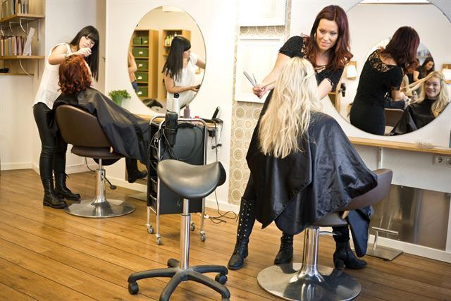 Menschen, die wie Friseure beruflich viel stehen müssen, sind häufiger von Venenleiden betroffen. - Foto: djd/Merz Consumer Care/thx