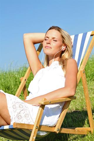 UV-Strahlen können die Kollagen-Fasern der Haut schädigen. Daher sollte man Sonnenbäder eher kurz halten. - Foto: djd/Elasten-Forschung/Fotolia-W. HeiberFotostudio