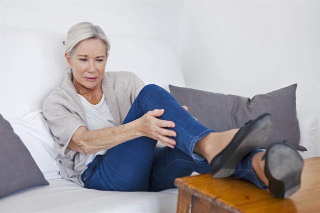 Meist beginnt die VTE in den tiefen Bein- und Beckenvenen. Dort bildet sich durch Durchblutungs- oder Gerinnungsstörungen ein Blutklumpen - griechisch Thrombus. - Foto: djd/www.risiko-thrombose.de/shutterstock.com