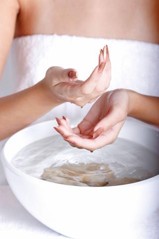Ein Bad in lauwarmem Öl und eine anschließende Massage versorgen die Fingernägel mit Feuchtigkeit und Fett. - Foto: djd/BSD Biosculpture Deutschland GmbH & Co. KG